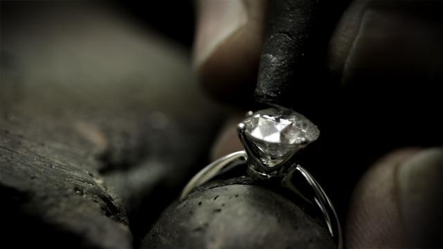 manos trabajando anillo